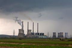 фабрика излучения пускает дым по трубам Стоковые Изображения