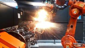 Фабрика используя робототехнику для того чтобы сделать части автомобиля Стоковые Фото