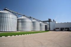 Фабрика корма для животных Большое современное зернохранилище в солнечном летнем дне встрещено стоковое фото