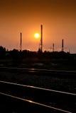 фабрика над заходом солнца Стоковые Изображения RF