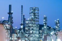 Фабрика на заходе солнца, нефть рафинадного завода нефтедобывающей промышленности стоковые фото