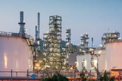Фабрика нефтеперерабатывающего предприятия на заходе солнца Стоковые Изображения RF