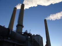 Фабрика поздно вечером Курить печных труб Заход солнца Стоковое Фото