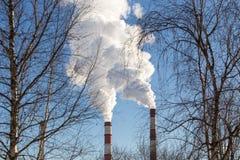 фабрика пускает дым по трубам Стоковые Фотографии RF
