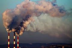 фабрика пускает дым по трубам стоковое фото