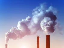 фабрика пускает заход солнца по трубам дыма стоковые фото