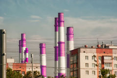 Фабрика пускает по трубам на предпосылке ландшафта города города Москвы Стоковая Фотография RF