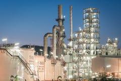 Фабрика рафинадного завода нефтедобывающей промышленности на сумерк Стоковое фото RF