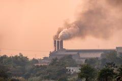 Фабрика сахарного тростника горит с дымом загрязнения от печных труб Стоковые Изображения