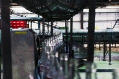 Фабрика соды, бутылки готов-к-заполнения на ковре стоковые фото