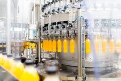 Фабрика сока и соды разливая по бутылкам стоковая фотография
