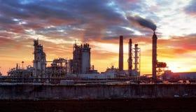 Фабрика с загрязнением воздуха, нефтедобывающей промышленностью Стоковая Фотография