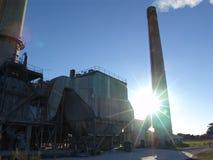 Фабрика с куря печными трубами день солнечный стоковые изображения rf