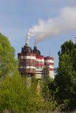 Фабрика с промышленными стогами дыма на природе Стоковое Изображение