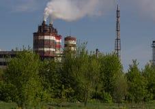 Фабрика с промышленными стогами дыма на природе Стоковая Фотография RF
