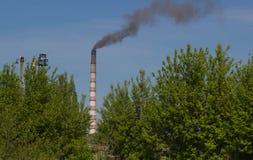 Фабрика с промышленными стогами дыма на природе Стоковая Фотография