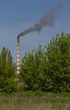 Фабрика с промышленными стогами дыма на природе Стоковые Изображения RF