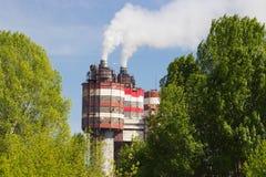 Фабрика с промышленными стогами дыма на природе Стоковое Фото