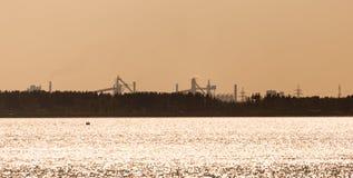 Фабрика с трубами на береге резервуара Стоковая Фотография
