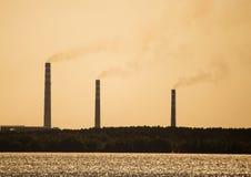 Фабрика с трубами на береге резервуара Стоковое Фото