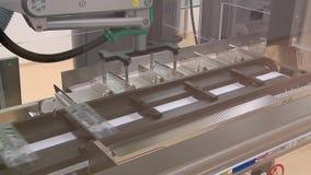 Фабрика транспортера фармацевтическая произвела упаковку медицины пробирок шприцев упаковывая законченного - продукты сток-видео