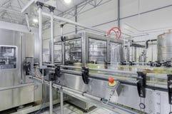Фабрика для разливая по бутылкам напитков в чонсервных банках Стоковые Изображения