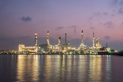 Фабрика petrochemical рафинадного завода нефти и газ Стоковое фото RF