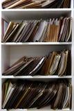 Файлы дела в коробках и полке папок стоковое изображение