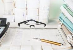 Файлы и инструменты счетоводства с eyeglasses Концепция проверки Стоковое Изображение