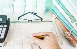 Файлы и инструменты счетоводства с eyeglasses Концепция проверки Стоковые Фото