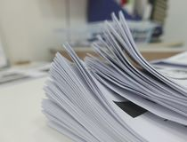 Файл бизнес-отчета на столе офиса стоковая фотография