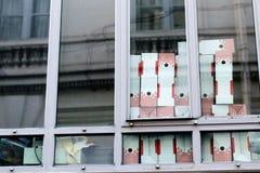 Файл кладет архивы в коробку от окна Стоковая Фотография