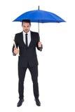 Файл удерживания бизнесмена под голубым зонтиком Стоковое Изображение