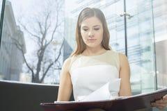 Файл чтения коммерсантки в офисе Стоковое Фото