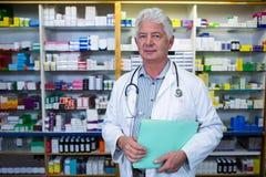 Файлы удерживания аптекаря в фармации Стоковые Изображения RF