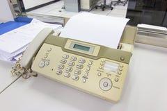 Факс для отправки документов в офисе стоковая фотография rf