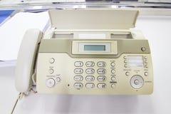 Факс для отправки документов в офисе стоковые изображения