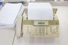 Факс для отправки документов в офисе стоковое изображение rf