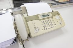 Факс для отправки документов в офисе стоковые фото