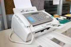 Факс для отправки документов в офисе стоковое фото