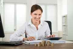 Фактура коммерсантки расчетливая с монетками на столе Стоковое фото RF