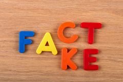 Факт или фальшивка Слова сделаны пластиковых писем стоковые изображения