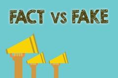 Факт текста почерка против фальшивки Соперничество смысла концепции или продукты или loudspeak информации первоначально сделанное бесплатная иллюстрация