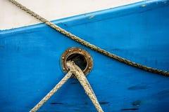 Фальшборт с линиями зачаливания траулера стоковая фотография rf