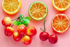 Фальшивка симуляции и искусственный плод на розовой предпосылке стоковые фото