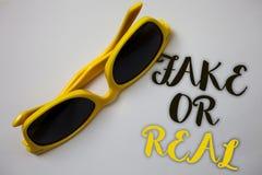 Фальшивка текста сочинительства слова или реальное Концепция дела для проверять если продукты первоначально или не проверяющ каче стоковое изображение rf