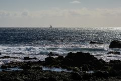 Фантазия захода солнца парусника с silhouetted плаванием шлюпки вперед стоковая фотография rf