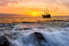 Фантазия пиратского корабля захода солнца океана стоковые фото