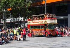 """Фантазия плавает """"автобус Лондона """"выполняет в параде 2018 торжества рождества кредитного союза стоковые изображения rf"""
