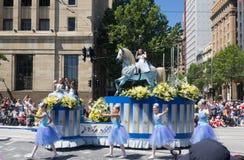 """Фантазия плавает """"ловкое """"выполняет в параде 2018 торжества рождества кредитного союза стоковое изображение"""